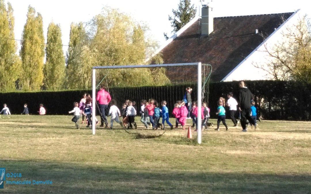 Les Maternelles participent à la course d'endurance du primaire